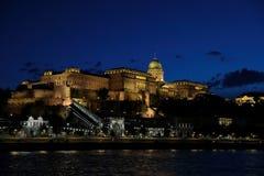 Vista panorâmica do palácio com iluminação das paredes de Danúbio na noite fotos de stock royalty free