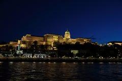 Vista panorâmica do palácio com iluminação das paredes de Danúbio na noite foto de stock royalty free