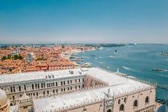 Vista panorâmica do palácio de Dodge, do mar de adriático e de telhados vermelho-telhados das casas em Veneza, Itália Imagem de Stock Royalty Free