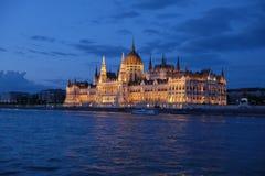 Vista panorâmica do parlamento húngaro com iluminação das paredes de Danúbio na noite imagens de stock royalty free