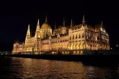 Vista panorâmica do parlamento húngaro com iluminação das paredes de Danúbio na noite fotografia de stock