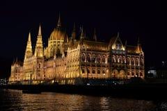 Vista panorâmica do parlamento húngaro com iluminação das paredes de Danúbio na noite fotos de stock