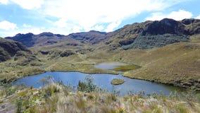 Vista panorâmica do parque nacional de Cajas com bacias Equador do lago vídeos de arquivo