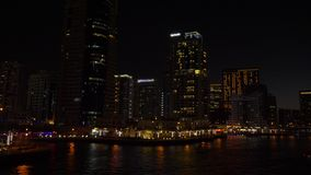 Vista panorâmica do passeio na cidade da noite e em arranha-céus altos no porto de Dubai vídeos de arquivo