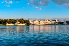 Vista panorâmica do passeio vitoriano bonito no dockside e nos restaurantes no fundo nebuloso lightblue no lago Buena Vist fotografia de stock