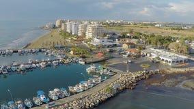 Vista panorâmica do porto com os iate no porto de Larnaca, tiro aéreo bonito filme