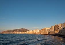 Vista panorâmica do porto em Trapani com as casas velhas coloridas, Sicília Imagens de Stock