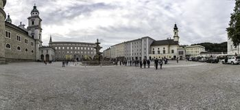 Vista panorâmica do quadrado de Residenzplatz em Salzburg, Áustria fotos de stock royalty free
