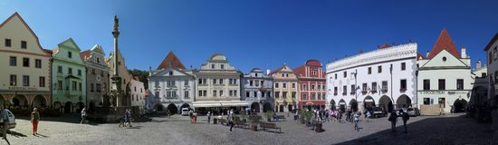 Vista panorâmica do quadrado principal no ½ Krumlov - Krumau de ÄŒeskÃ, República Checa imagem de stock royalty free