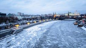 Vista panorâmica do rio congelado de Moskva no inverno imagem de stock