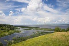Vista panorâmica do rio, dos prados e das nuvens Fotografia de Stock Royalty Free