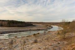 Vista panorâmica do rio e de árvores congeladas em Rússia Foto de Stock Royalty Free