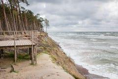 Vista panorâmica do tampão do holandês famoso da atração turística no parque regional do beira-mar de Lituânia perto de Karkle, L fotografia de stock royalty free