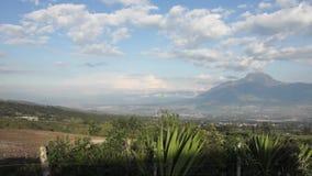 Vista panorâmica do vulcão de Imbabura do setor da lagoa de Cuicocha equador vídeos de arquivo