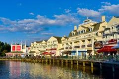Vista panorâmica Dockside colorida da margem no fundo do por do sol na área 5 de Buena Vista do lago imagem de stock