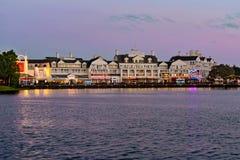 Vista panorâmica Dockside colorida da margem no fundo do por do sol na área 7 de Buena Vista do lago imagens de stock