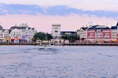 Vista panorâmica Dockside colorida da margem no fundo nebuloso do por do sol na área 1 de Buena Vista do lago fotos de stock