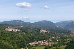 Vista panorâmica dos montes de Umbrian e de duas cidades medievais no th foto de stock