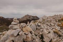 Vista panorâmica dos picos os mais altos do parque nacional da montanha de Lovcen em Montenegro do sudoeste - Imagem foto de stock