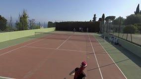 Vista panorâmica dos povos que jogam o tênis fora, treinando antes da competição vídeos de arquivo