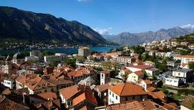 Vista panorâmica dos telhados da cidade velha Kotor, em Montenegro fotos de stock royalty free