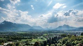 Vista panorâmica em cumes do castelo de Salzburg imagem de stock