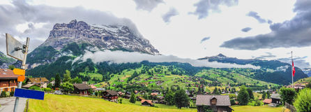 Vista panorâmica espetacular com letreiro vazio na esquerda da paisagem de Grindelwald e o Cloudscape de grampeamento no dia nubl Fotos de Stock