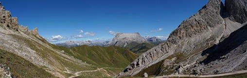 Vista panorâmica idílico maravilhosa das montanhas nas dolomites e em um céu azul claro Imagem de Stock