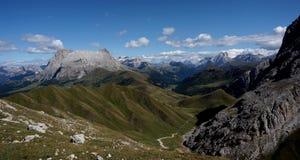 Vista panorâmica idílico maravilhosa das montanhas nas dolomites e em um céu azul claro Fotos de Stock