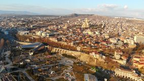 vista panorâmica 4k aérea do centro da cidade Tbilisi, Geórgia tempo de mola, nascer do sol na cidade vídeos de arquivo
