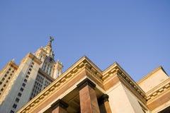 Vista panorâmica larga da construção civil em Moscou: guindastes, opinião worksBeautiful da construção da universidade estadual d foto de stock