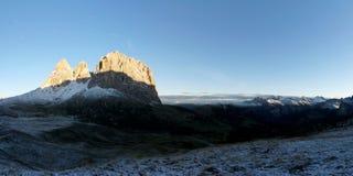 Vista panorâmica maravilhosa ao grupo da montanha do sassolungo do distinctiv nas dolomites após a queda de neve Fotografia de Stock Royalty Free