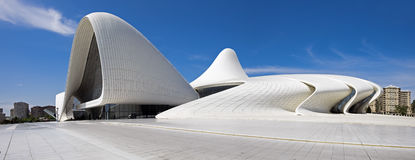 A vista panorâmica muito grande de Haydar Aliyev Centre projetou pela AR Fotografia de Stock