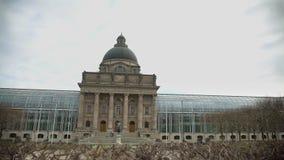 Vista panorâmica na chancelaria de vidro famosa do estado perto de Hofgarten em Munich video estoque