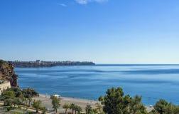 A vista panorâmica na cidade de Antalya e o mar Mediterrâneo da praia estacionam Antalya, Turquia Imagens de Stock Royalty Free