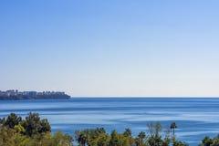 A vista panorâmica na cidade de Antalya e o mar Mediterrâneo da praia estacionam Antalya, Turquia Fotos de Stock Royalty Free