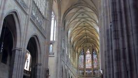 Vista panorâmica na galeria pitoresca dentro da catedral gótico, colunas vídeos de arquivo