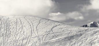 Vista panorâmica na inclinação para freeriding com traços dos esquis, sn Imagem de Stock Royalty Free