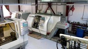 Vista panorâmica na instalação de manufatura com as máquinas do torno do CNC Máquina de trituração do CNC para trabalhar e produz video estoque