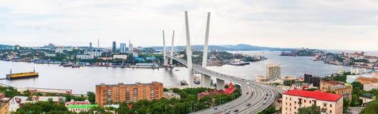A vista panorâmica na ponte dourada de Zolotoy é ponte cabo-ficada através do Zolotoy Rog ou chifre dourado em Vladivostok foto de stock