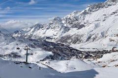 Vista panorâmica nas inclinações do esqui e no Cervinia, ` Aosta de Valle d, Itália, Fotografia de Stock Royalty Free