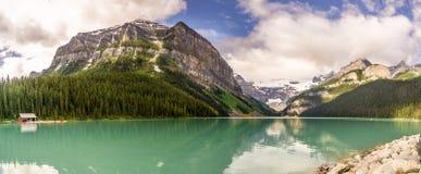 Vista panorâmica no Lake Louise no parque nacional Rocky Mountains perto de Banff em Canadá foto de stock