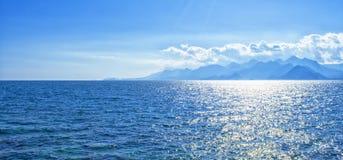 Vista panorâmica no mar Mediterrâneo e nas montanhas de um porto na cidade velha Kaleici Antalya, Turquia imagem de stock