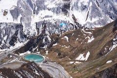 Vista panorâmica no paraglider da parte superior do monumento da paz em Geórgia foto de stock