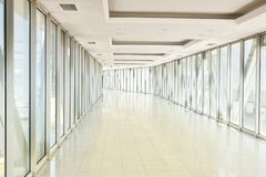 Vista panorâmica no salão vazio do escritório com as janelas da parede de vidro feito do metal e do vidro Construção moderna do m fotografia de stock royalty free