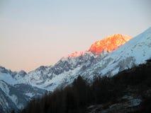 Vista panorâmica o Monte Branco do nascer do sol do inverno da neve dos cumes das montanhas Fotos de Stock