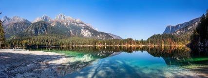 Vista panorâmica outonal do lago Tovel, Val di Non dentro do parque natural de Adamello-Brenta, Trentino Alto-Adige, Itália foto de stock
