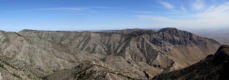 Vista panorâmica: Paisagem estéril e escassa da montanha em Guadalupe Mountains Nationalpark em Texas fotografia de stock royalty free
