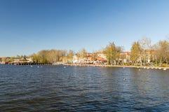 Vista panorâmica para o lago Drweckie com o cais de madeira em Ostroda, Polônia fotos de stock royalty free