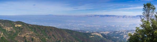 Vista panorâmica para San Jose e sul San Francisco Bay da parte superior de Mt Umunhum, montanhas de Santa Cruz; Diablo Range pod fotografia de stock royalty free